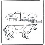 Раскраски с животными - Корова около фермы
